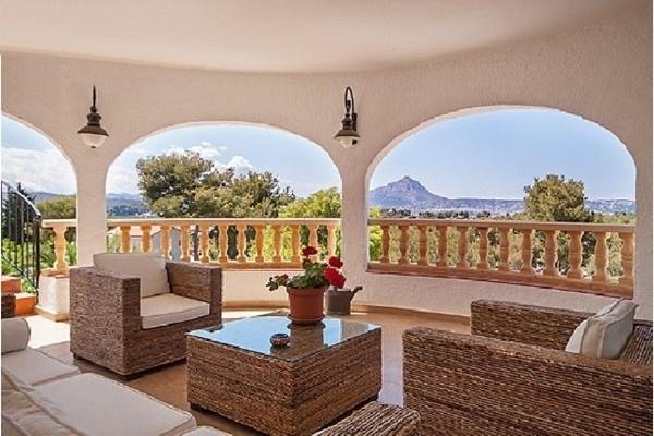 Die märchenhafte Terrasse mit paradiesischem Ausblick auf die malerischen Berge