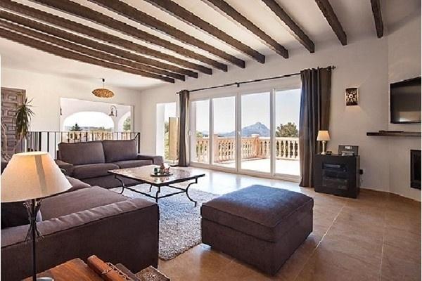 Der lichtdurchflutete, sehr moderne Wohnbereich mit großer Fensterfront und direktem Zugang zur Terrasse