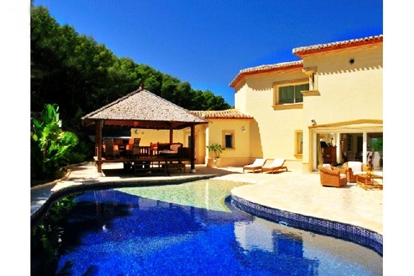 Märchenhafte Villa in paradiesischer Lage mit Blick auf das Meer