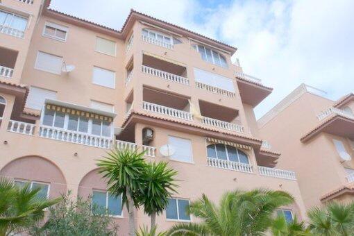Schickes Apartment mit Pool und Dachterrasse in Torrevieja