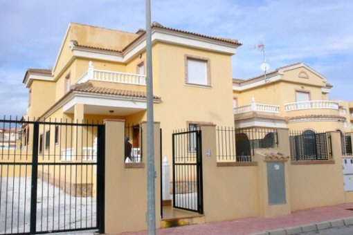 Geräumige Villa mit Gemeinschaftspool in Orihuela Costa