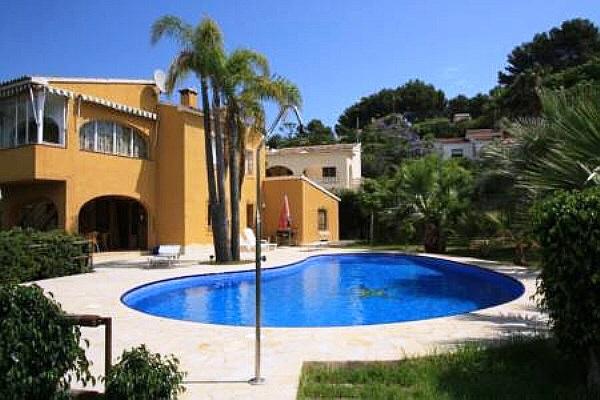 Exklusive Villa in ruhiger Lage mit Pool und Meerblick