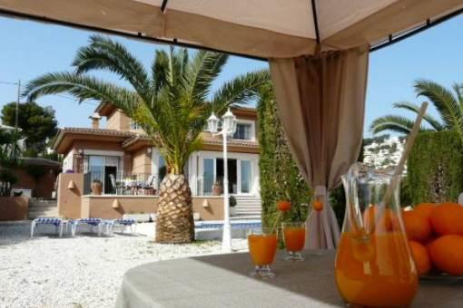 Terrasse mit Blick auf die Villa