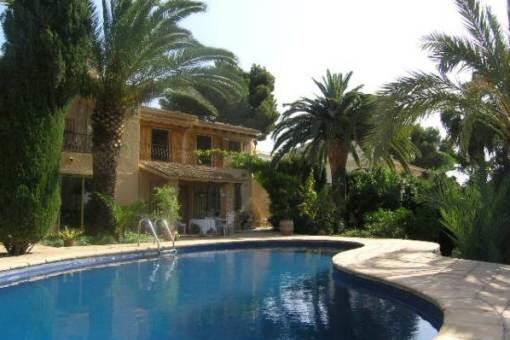 Bezaubernde, von Palmen umgebene Villa mit Pool in Moraira