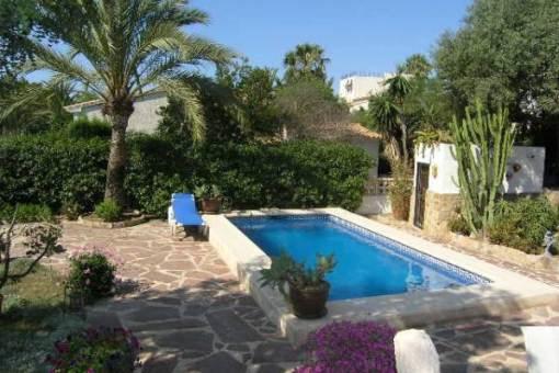 Pool mit offener Terrassenfläche