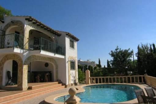 Hübsche gepflegte Villa mit Pool und Meerblick