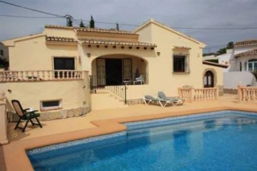 Schöne Villa mit Pool in ruhiger Wohngegend