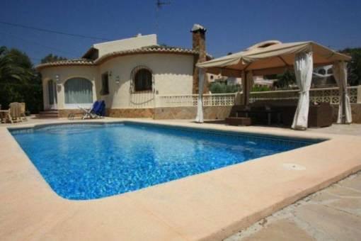 Gepflegte Villa mit Pool und Blick auf die Berge