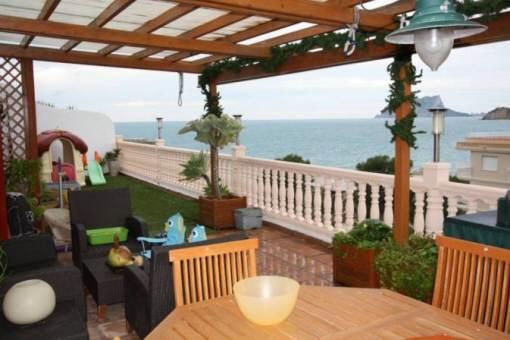 Große, teilweise überdachte Terrasse mit sensationellem Meerblick