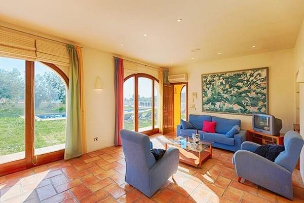 Hinreißendes Wohnzimmer mit direktem Zugang zur Terrasse und riesigen Fensterfronten