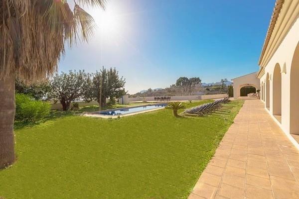 Der unglaublich schöne, pflegeleichte Garten mit Pool und tollen Terrassen