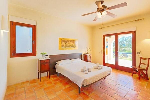 Eines der eleganten Schlafzimmer mit direktem Zugang zur Terrasse