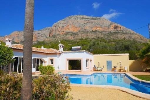 Großzügige mediterrane Villa mit großem Pool