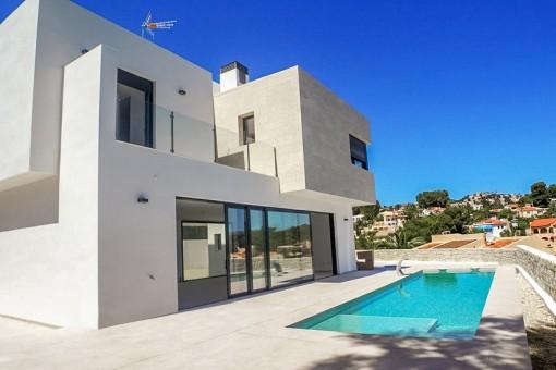 Terrasse mit Pool und traumhaftem Ausblick
