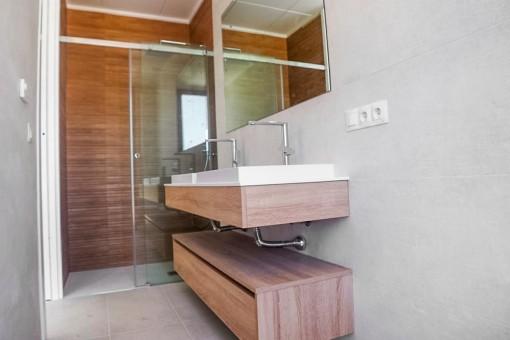Badezimmer mit Tageslicht und Regendusche