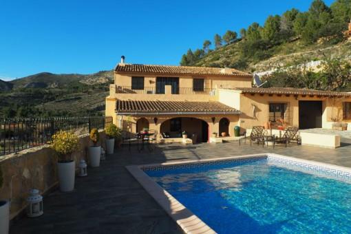 Große Finca mit Pool und traumhaftem Talblick in Jalón, Alicante