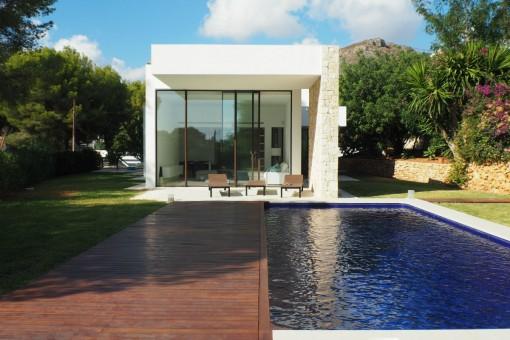 Vorderansicht der modernen Villa