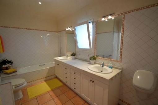 Großes Badezimmer mit Badewanne und Tageslicht