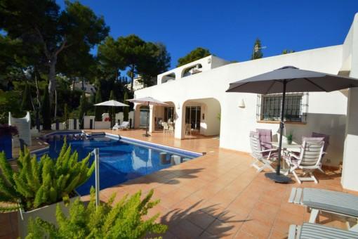 Schöne Villa im Ibiza-Stil mit Meerblick in Moraira, Alicante