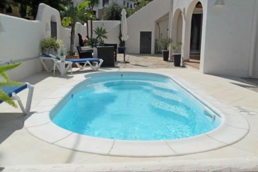 Großzügig geschnittener Poolbereich mit Sonnenliegen