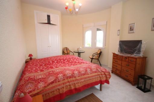 Weiteres Schlafzimmer mit Einbauschrank und kleiner Sitzecke