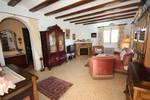 Wohnzimmer mit traditionellen Holzarbeiten an der Decke