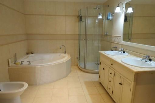 Großes Badezimmer mit Dusche und Badewanne