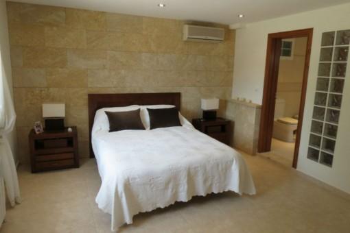 Hauptschlafzimmer der Villa mit Badezimmer en suite