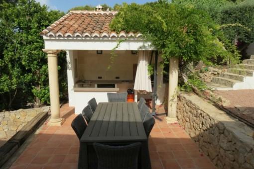 Gartenbereich der Villa mit Küche im Freien
