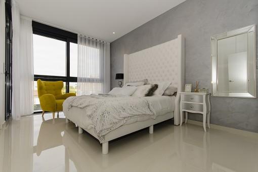 Helles Schlafzimmer mit bodentiefen Fenstern