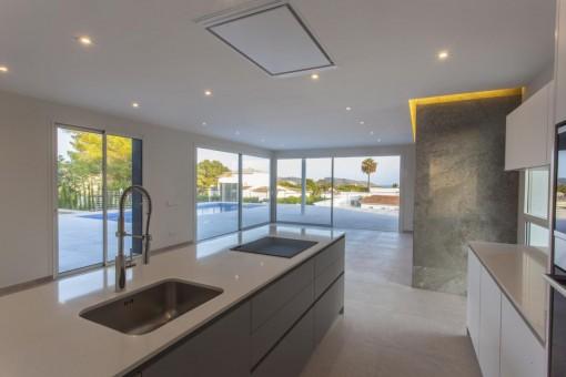 Wohnzimmer mit Zugang zum Pool