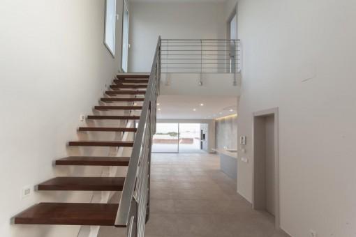 Treppe, die zum 1. Stock führt