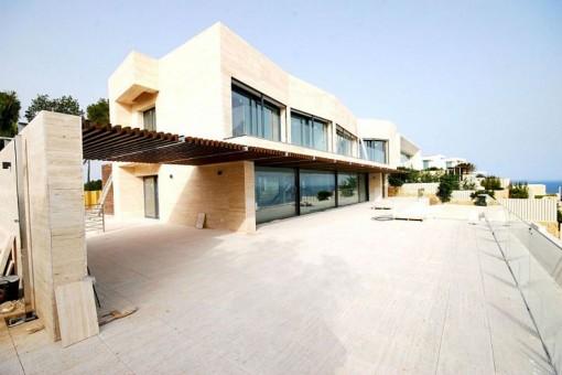 Weiläufige Terrasse mit Zugang zum Wohn-/Essbereich