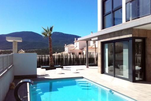 Schöne Luxusvilla mit privaten Pool in einer Wohnanlage in Castalla, Alicante