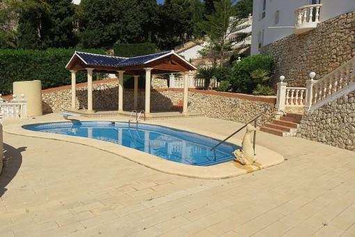 Großer Außenbereich mit Pool