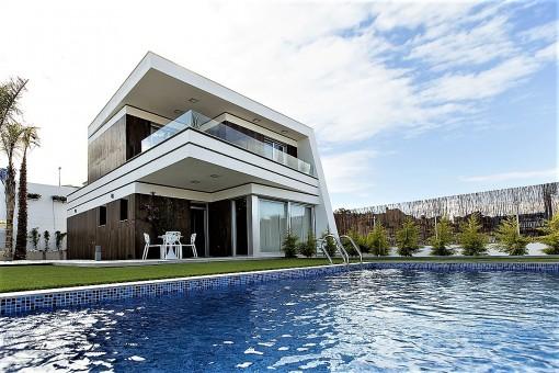 Moderne Neubau-Villa mit Pool in Villamartin